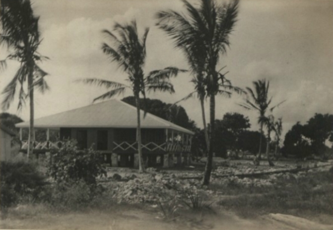 """A """"dak bungalow"""" in Kenya, c.1900. The term was sometimes applied to similar structures throughout the <a href=""""https://en.wikipedia.org/wiki/British_Empire"""">British Empire</a>."""
