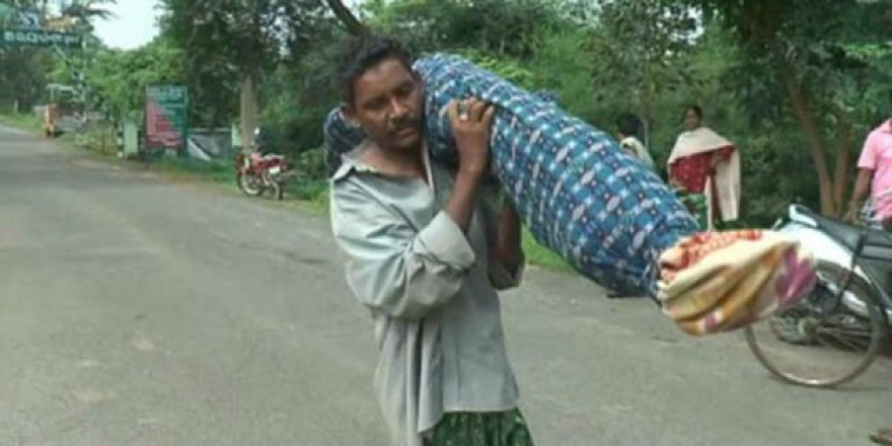 Majhi carrying his wife's body. Photo credit: YouTube