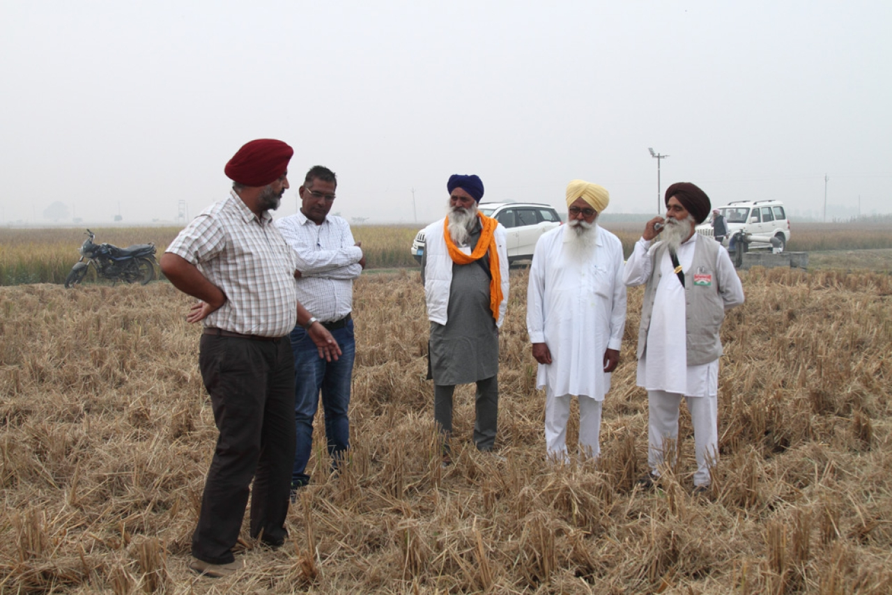BISA Ludhiana station-in-charge H S Sidhu explaining conservation agriculture to elderly farmers. Photo by Vivian Fernandes