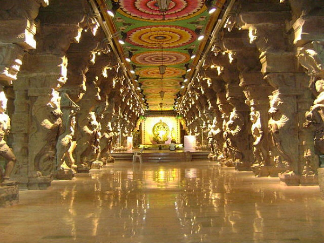 The thousand-pillar corridor of Madurai Meenakshi Temple.