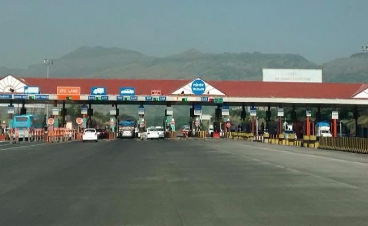 ETC-compliant toll plaza on the Mumbai-Pune Expressway (Srikanth Ramakrishnan/Wikimedia Commons)