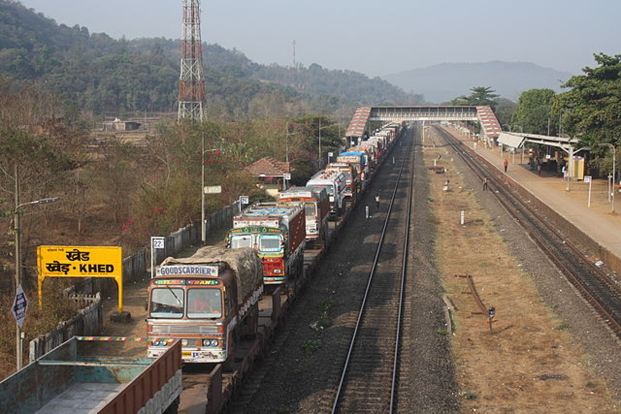 A ro-ro train at the Khed railway station in India (Arne Hückelheim/Wikimedia Commons)