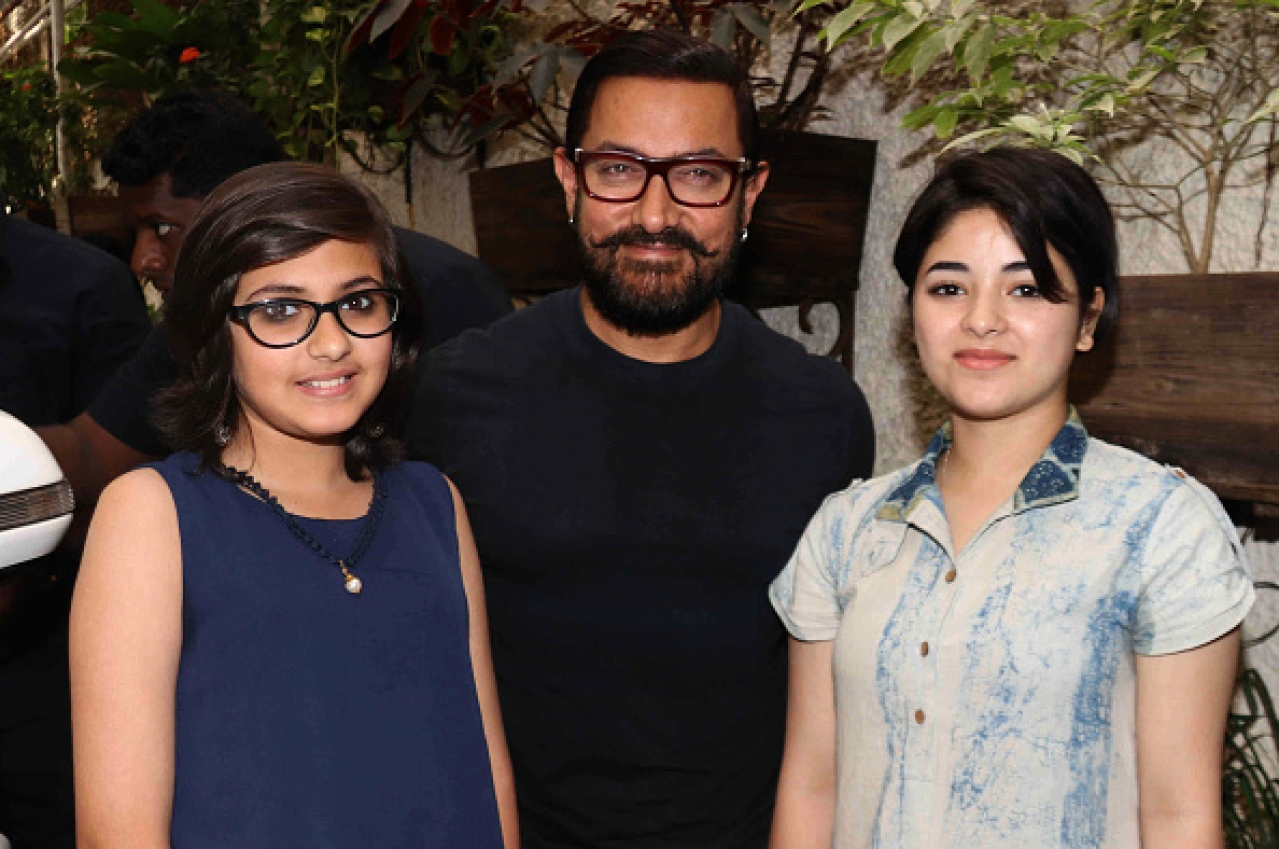 Aamir Khan with Suhani Bhatnagar (left) and Zaira Wasim. (STR/AFP/GettyImages)