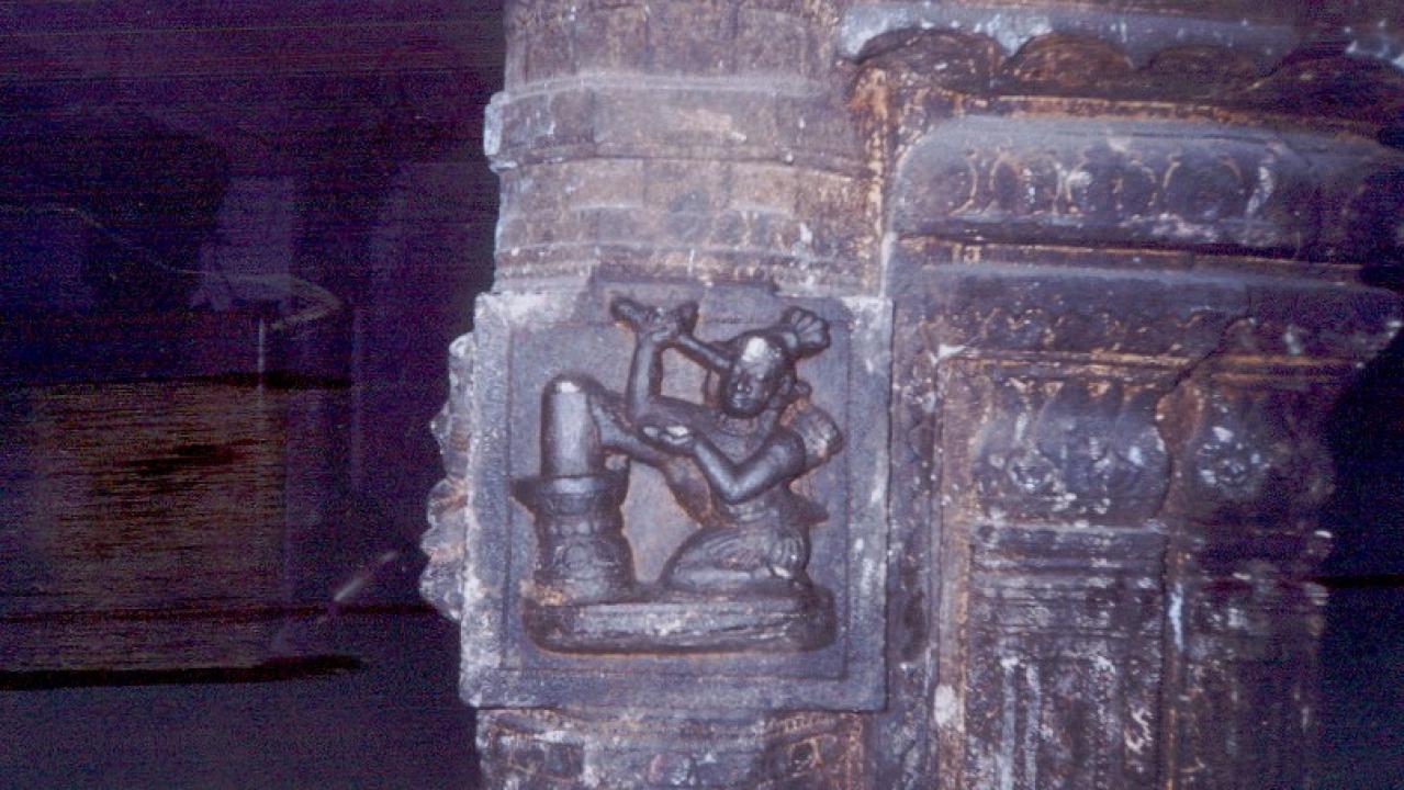 Kannappa offers his  eye to Shiva keeping his leg on the Shiva Linga, pillar sculpture in a Vishnu temple in Kanyakumari district.