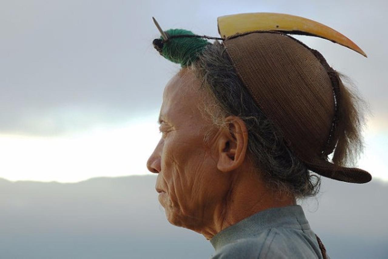 A Nishi tribesman wearing the traditional head-dress having a hornbill beak. (Vinod Panicker/Wikimedia Commons)
