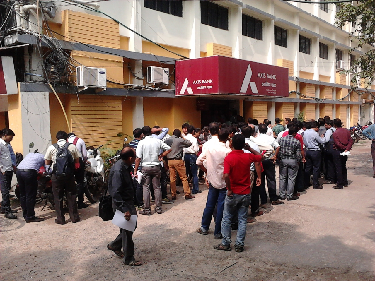Customers queue up outside a bank during the DeMo drive. (Wikimedia Commons)