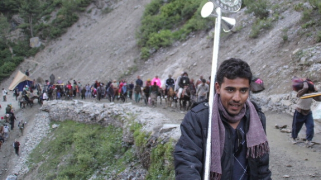The trek to the cave (Waseem Andrabi/Hindustan Times via Getty Images)
