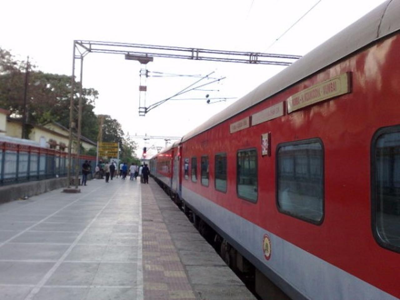 LHB coaches on the Mumbai August Kranti Rajdhani Express (Superfast1111/Wikimedia Commons)