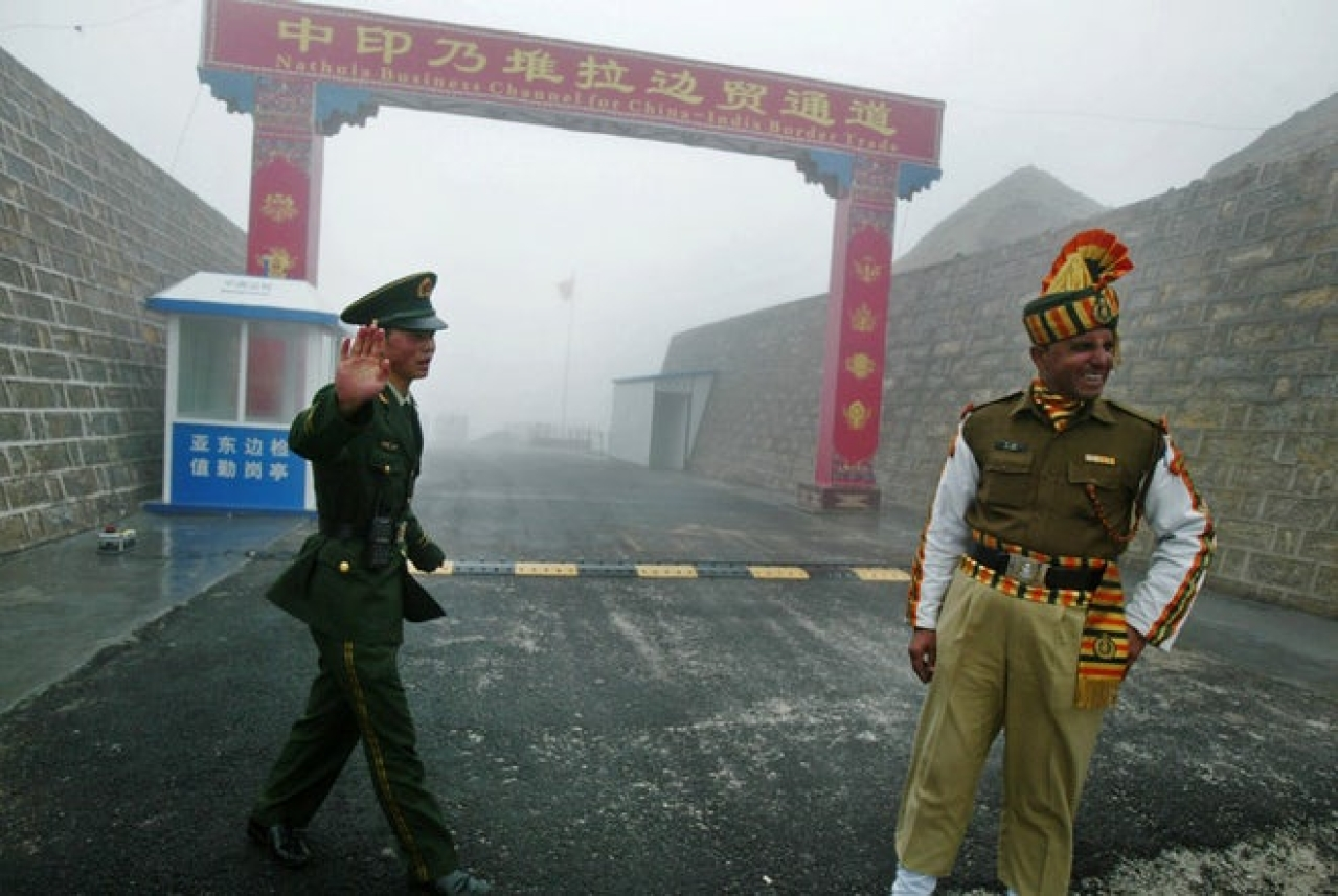 Indian and Chinese soldiers at a border crossing. (Diptendu Dutta/GettyImage)