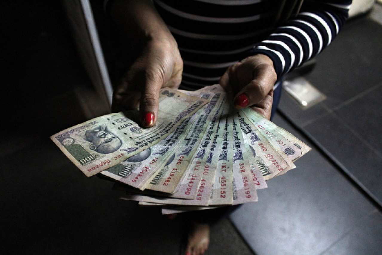 A person showing Rs 100 notes. (Burhaan Kinu/Hindustan Times via GettyImages)