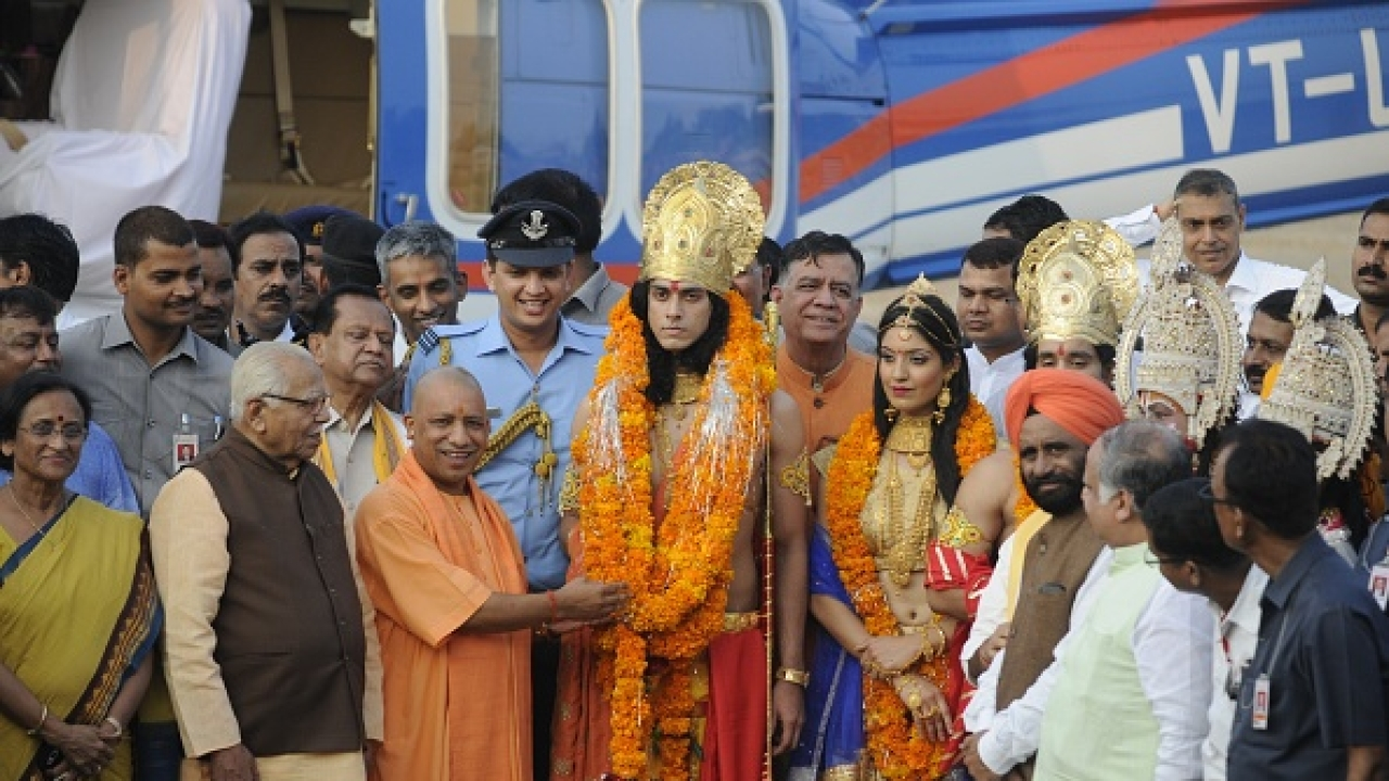 Uttar Pradesh CM Yogi Adityanath and Governor Ram Naik welcomes artistes dressed up as Lord Rama, Sita and Lakshman in Ayodhya. (Deepak Gupta/Hindustan Times)