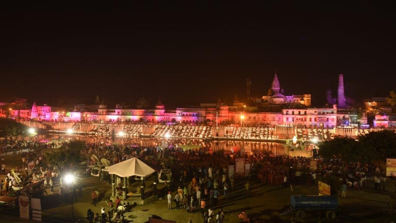 Diyas on the ghats of Ayodhya (Deepak Gupta/Hindustan Times)