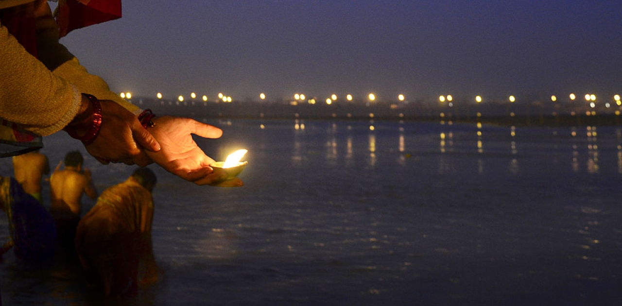 A devotee offering prayers on the auspicious occasion of Paush Purnima in Allahabad. (Sheeraz Rizvi/Hindustan Times via Getty Images)