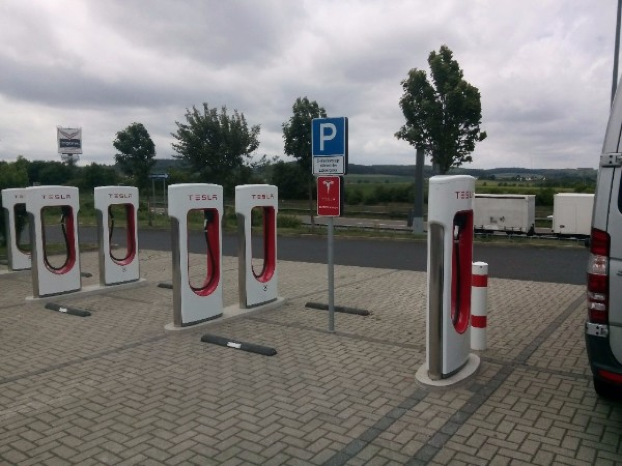 A Tesla charging station in Germany (Geogast/Wikimedia Commons)