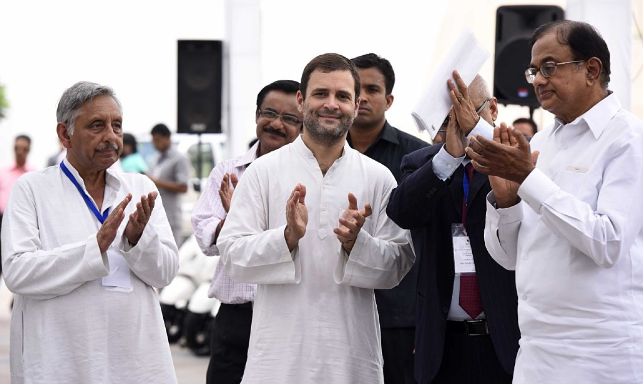 Rahul Gandhi, talking to Mani Shankar Aiyar and  P. Chidambaram (Sonu Mehta/Hindustan Times via Getty Images)