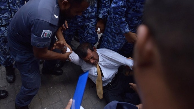 Maldives police try to move former president Mohamed Nasheed during a scuffle as he arrives at a courthouse in Male in 2015. (ADAM SIREII/AFP/Getty Images)