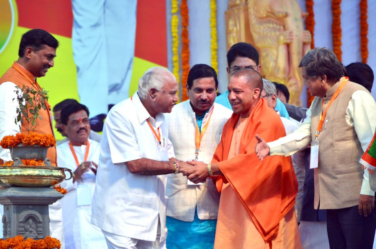 B S Yeddyurappa with Yogi Adityanath at the Parivartana Yatre at Hubballi (@BSYBJP/Twitter)