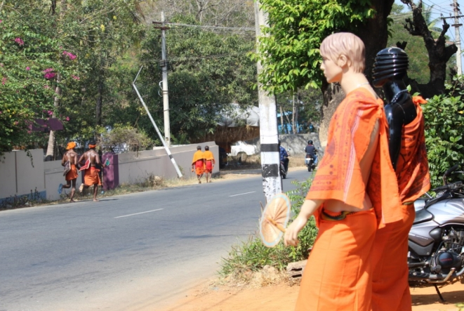 As the marathon runners clad in saffron run across the district, the entire district seemed to be engulfed in saffron. Even mannequins don saffron today.