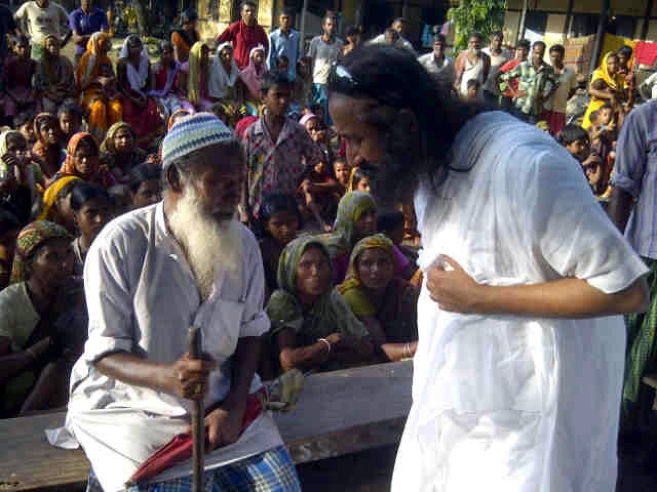 Sri Sri Ravi Shankar visiting the Basugaon camp for Muslim refugees during the Bodo-Muslim riots in 2012.