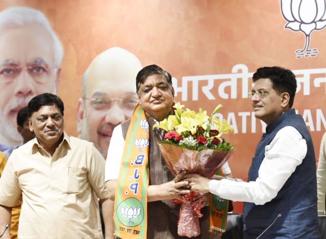 Naresh Agarwal, centre, being inducted into the BJP. (Arvind Yadav/Hindustan Times via GettyImages)
