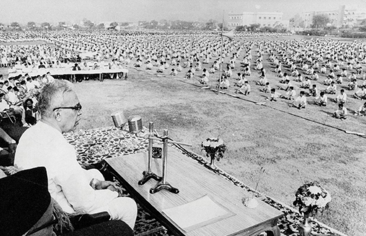 Madhukar Dattatreya Deoras - the third Sarsanghachalak of RSS addressing the cadre: Picture-courtesy: mitaanexpress.com