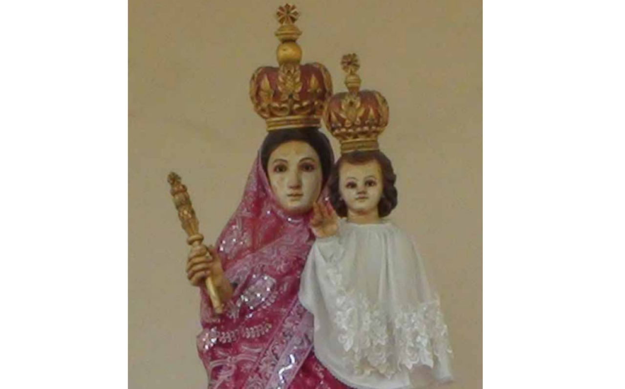 Mother Mary dressed in a Gujarati-style saree.