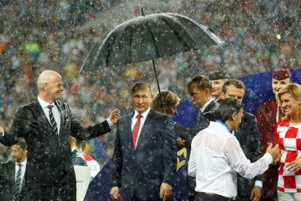 Was An Umbrella The Latest Symbol Of Putin's Power Play? Twitter Thinks So