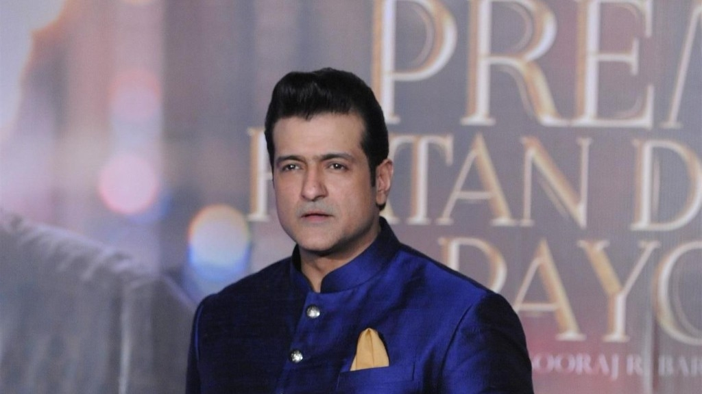 Armaan Kohli during the promotions of <i>Prem Ratan Dhan Payo.</i>&#8221; data-reactid=266><figcaption data-reactid=267>Armaan Kohli during the promotions of <i>Prem Ratan Dhan Payo.</i></figcaption><figcaption data-reactid=268>(Photo courtesy: Twitter)</figcaption></figure> </p> </div> <div data-reactid=270> <p>Actor-producer Armaan Kohli has been booked for assault by the Santacruz police on Sunday, 3 June. A case has been registered against the former <em>Bigg Boss </em>contestant for allegedly hitting his live-in parter, Neeru Randhawa.</p>  <!-- A generated by theme -->   <script async src=