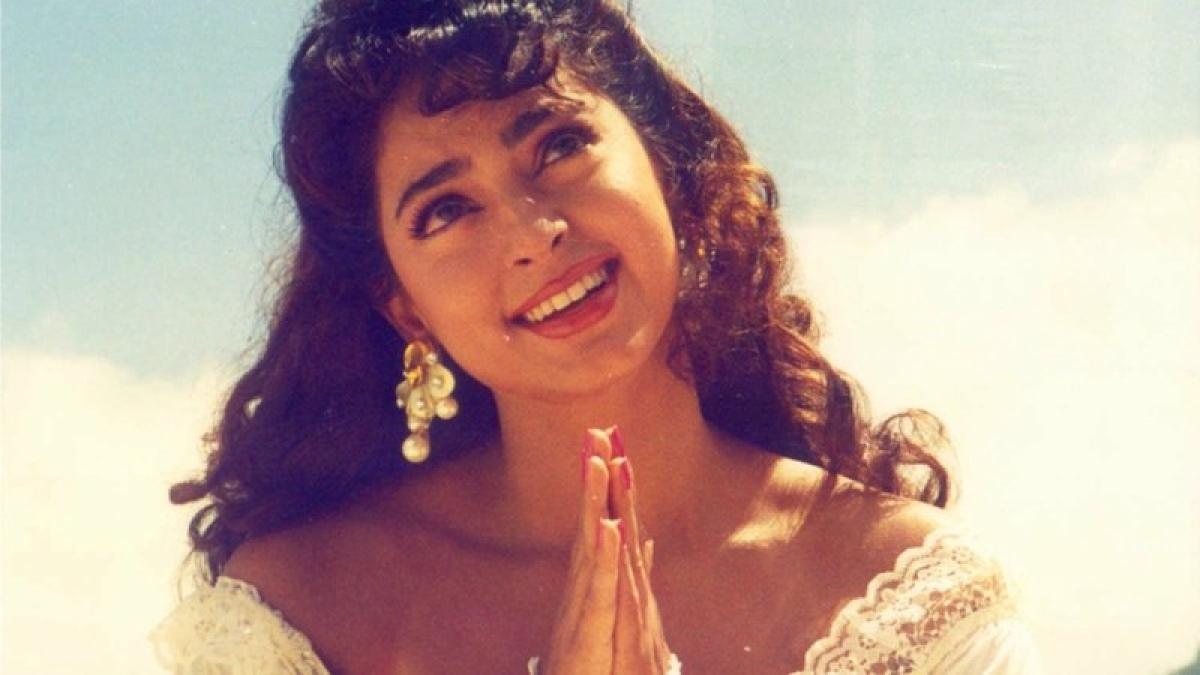 90 के दशक की बेहद ही क्यूट और खूबसूरत अदाकरा जूही चावला ने शादी के बाद एक्टिंग की दुनिया से दूरी बना ली है. वह अपना ज्यादा वक्त अपने परिवार को देती हैं. बॉलीवुड में एक सफल पारी खेलने के बाद उन्होंने जय मेहता से शादी कर ली थी. अभिनेत्री अपनी मैरिड लाईफ इंज्वॉय कर रही हैं. अब शादी के 25 साल बाद जूही ने अपनी शादीशुदा जिंदगी को लेकर एक बड़ा खुलासा  किया है. उन्होंने बताया कि आखिर क्यों उन्होंने जय के साथ अपनी शादी को सीक्रेट रखा था.