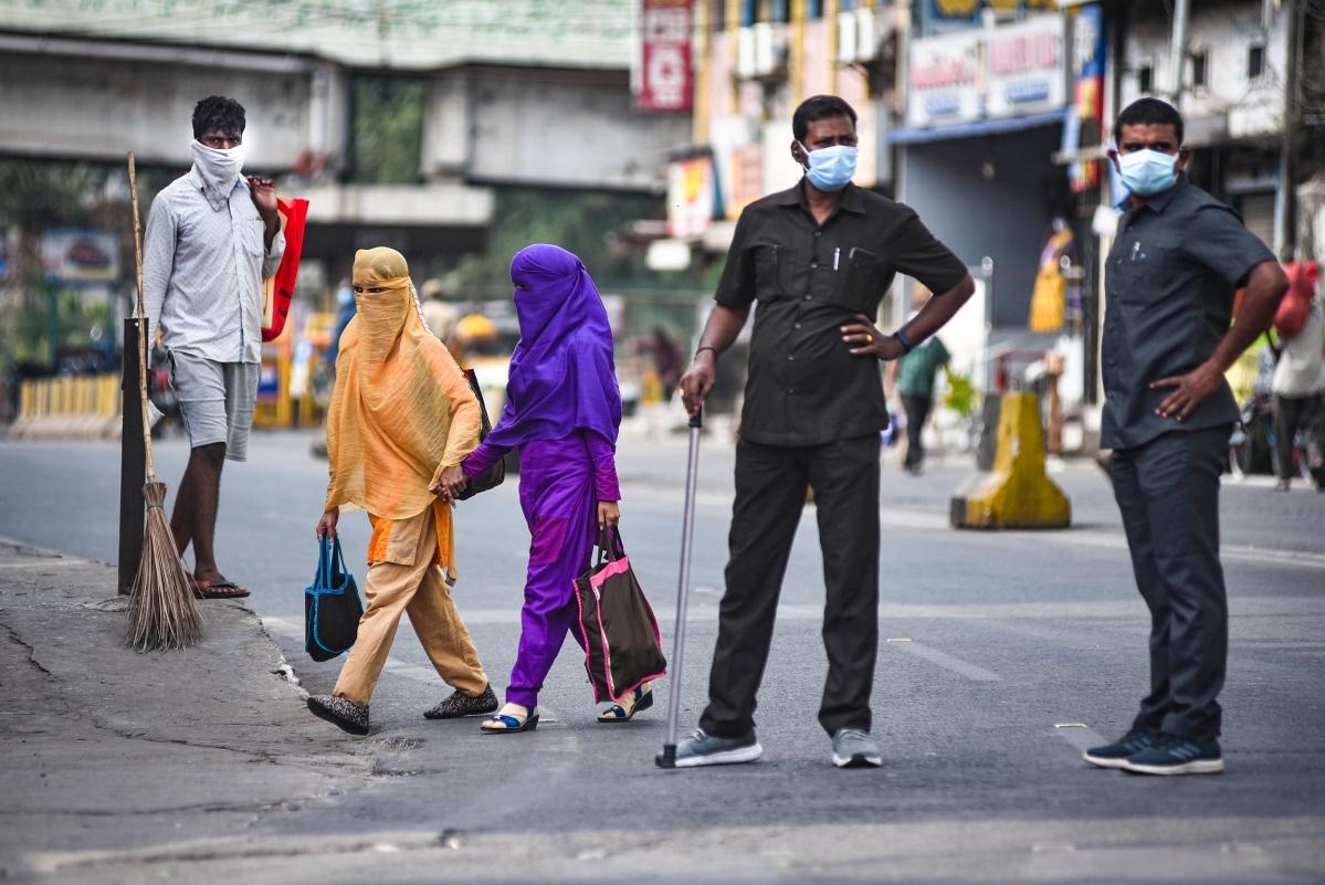 भारत कोरोना वायरस के खिलाफ जंग लड़ रहा है. इसी क्रम में देश में 21 दिन का लॉडाउन घोषित किया गया है. यह लॉकडाउन 14 अप्रैल तक चलेगा. लोग जरूरी सामान खरीदने घर के बाहर आ रहे हैं. मदद में प्रशासन लगा हुआ है.