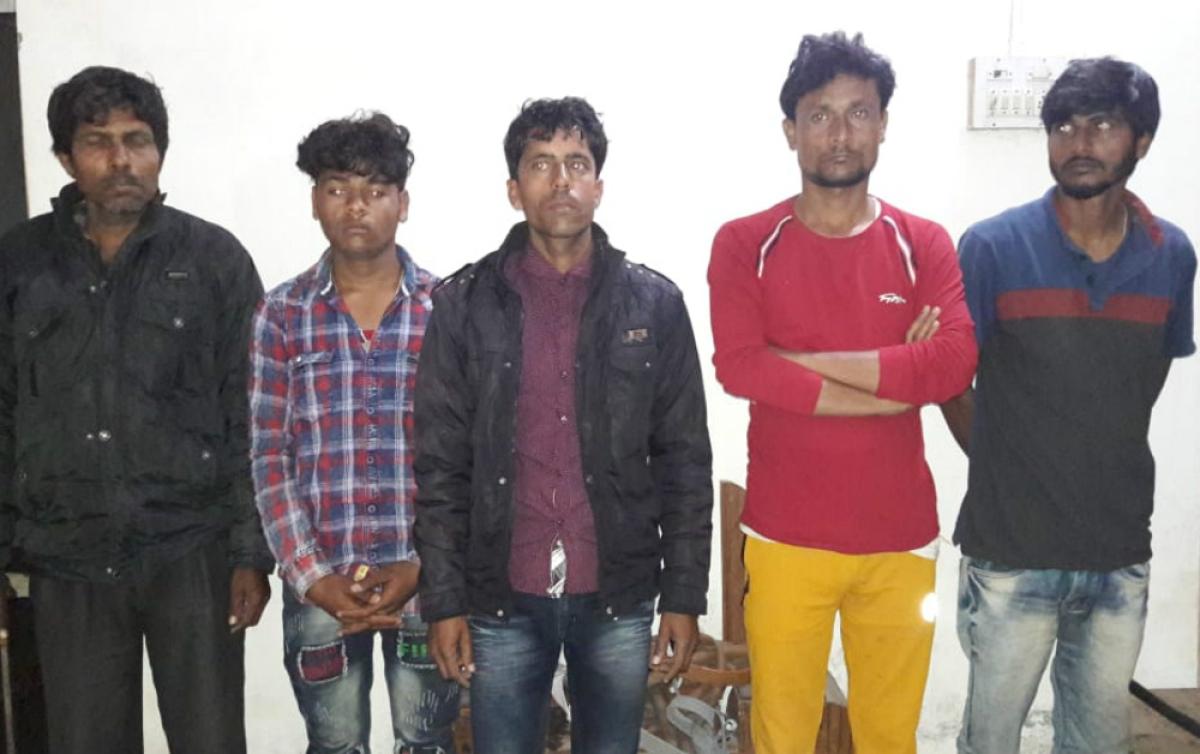 देवघर से 5 साइबर अपराधी गिरफ्तार, 11 बैंकों के पासबुक बरामद