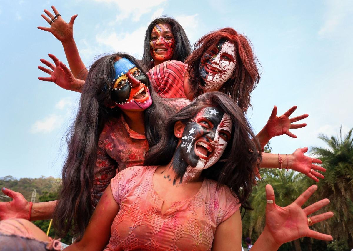 मुंबई के थाने में होली के मौके पर कुछ इस अंदाज में पोज देते नजर आईं लड़कियां.