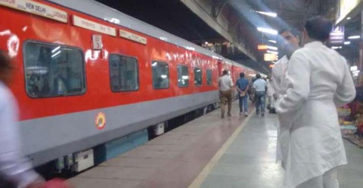 कोरोना वायरस की दहशत से रेल यात्री लगातार रद्द करा रहे हैं कन्फर्म टिकट