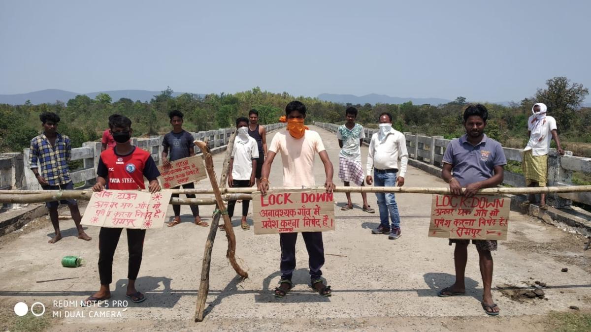Coronavirus Lockdown: दर्जनों गांवों में ग्रामीणों ने बैरियर लगाकर बाहरी लोगों के प्रवेश पर लगायी रोक