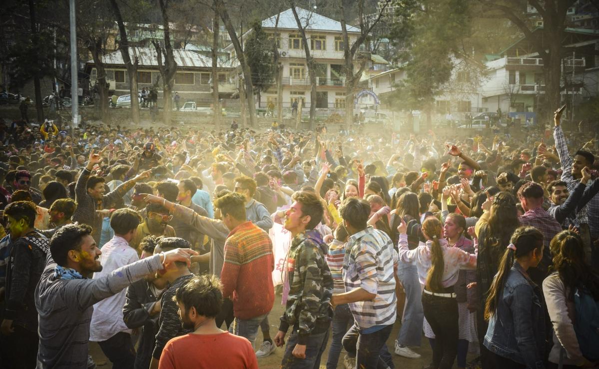 होली का त्योहार पूरे देश में धूम-धाम में से मनाया गया. इस दौरान लोग रंगों में सराबोर होकर खुशी से नाचते दिखे.