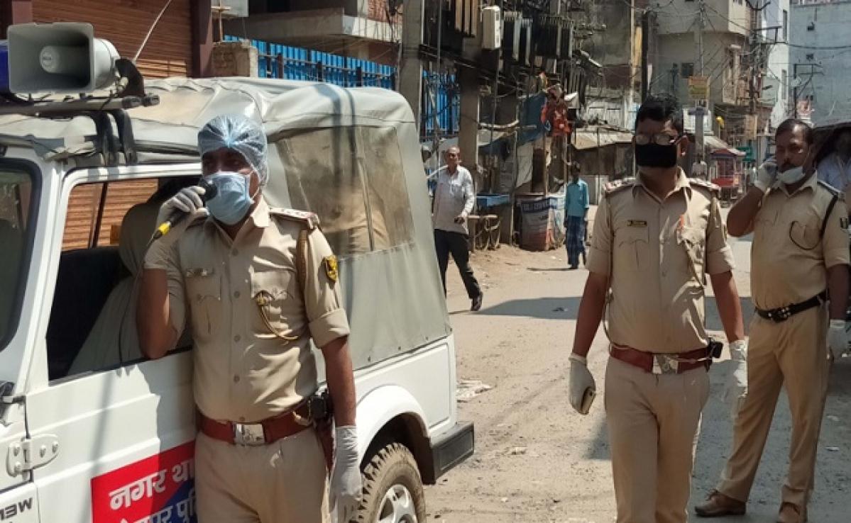 कोरोना से जंग: घूम-घूम कर निगरानी कर रहे हैं अधिकारी, कई दुकानें की गयी सील