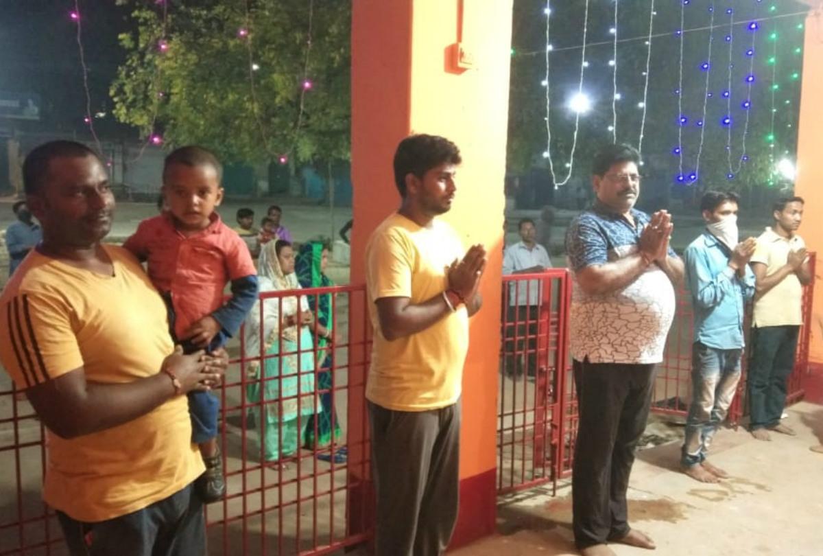 Coronavirus Lockdown: बड़कागांव के दुर्गा मंदिर में पूजा के दौरान हो रहा सोशल डिस्टेंसिंग का पालन