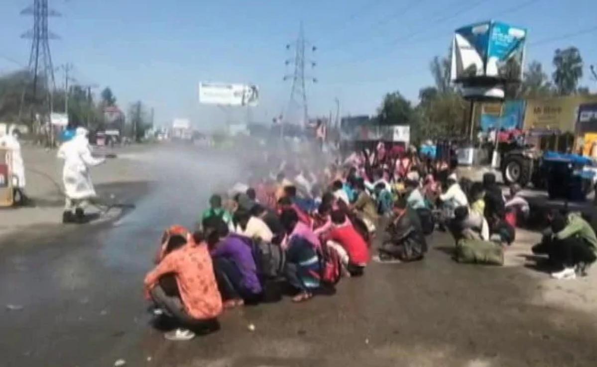 घर लौट रहे मजदूरों पर केमिकल के छिड़काव को प्रियंका गांधी ने बताया अमानवीय