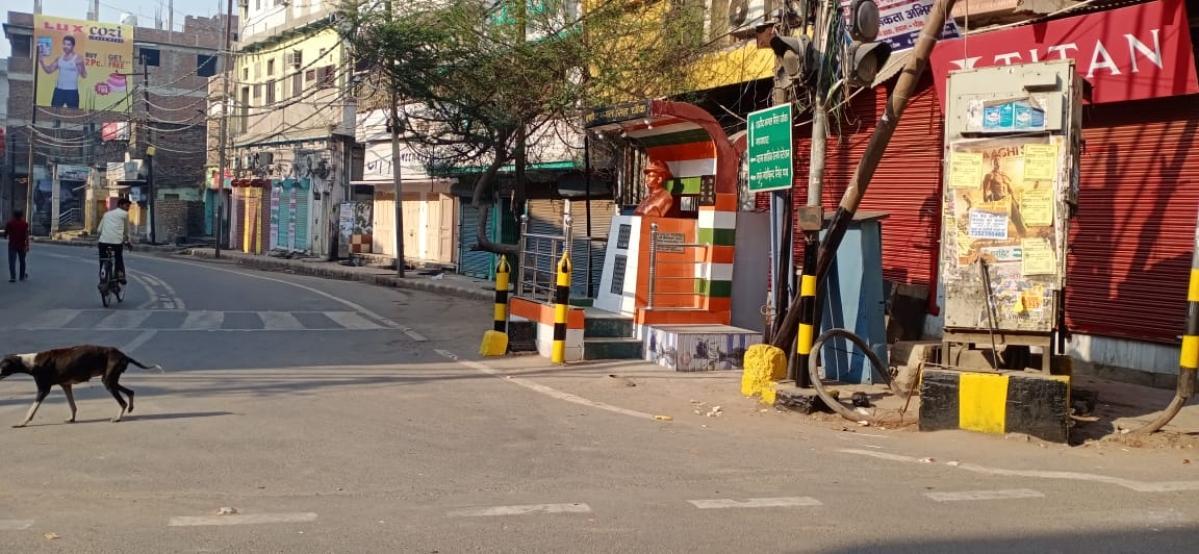 राजधानी पटना के अशोक राजपथ पर बंद दुकानें