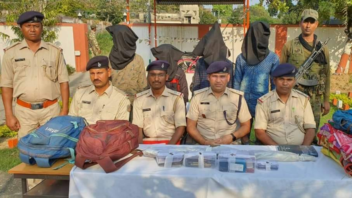 पुलिस ने हथियार के साथ नक्सलियों को किया गिरफ्तार