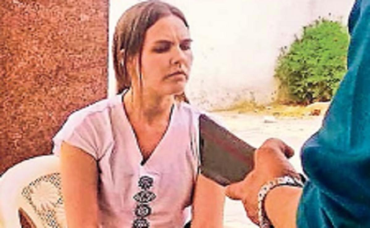 कोरोना का डर: विदेशी युवती के गांव पहुंचते ही मचा हड़कंप