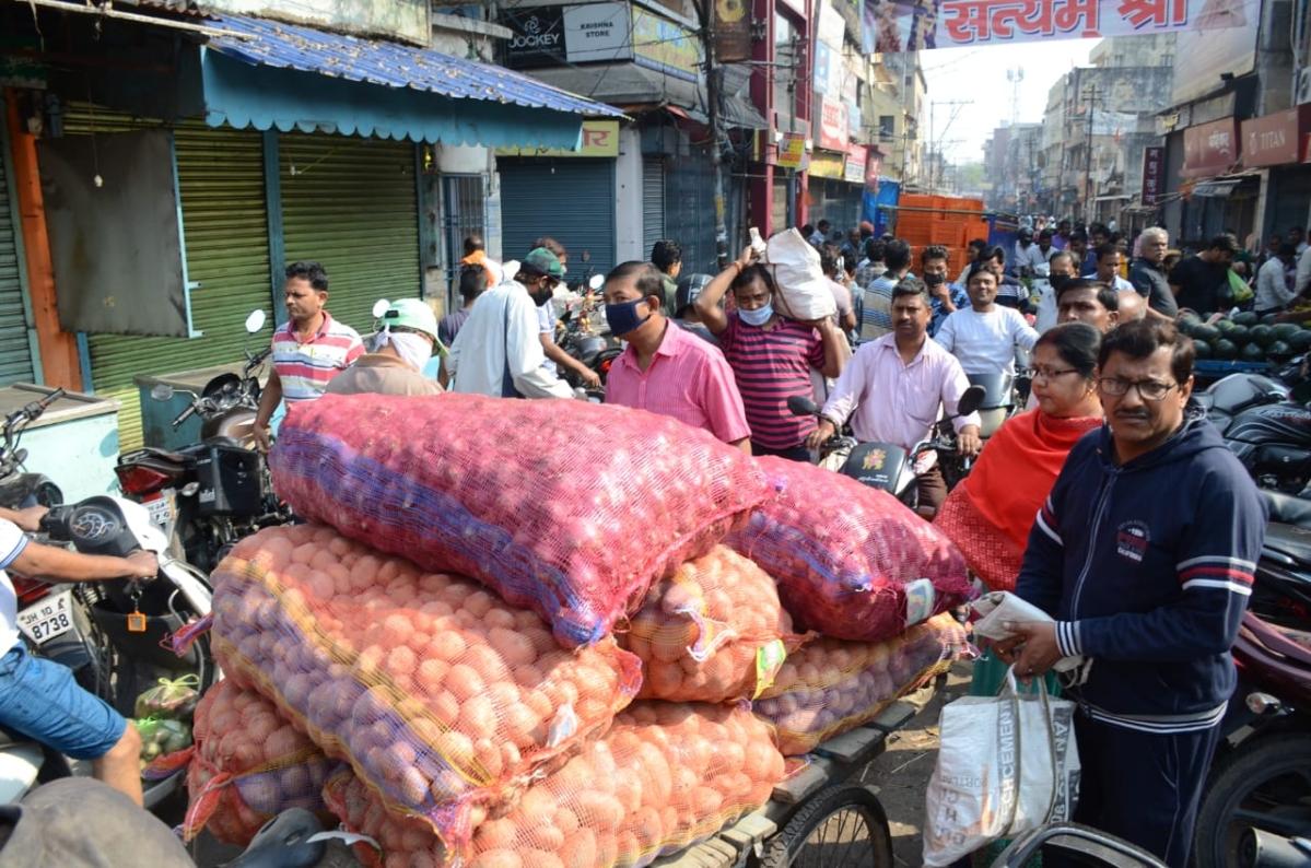 धनबाद के पुराना बाजार में सब्जी खरीदने के लिए उमड़ी भीड़. लगा लंबा जाम.