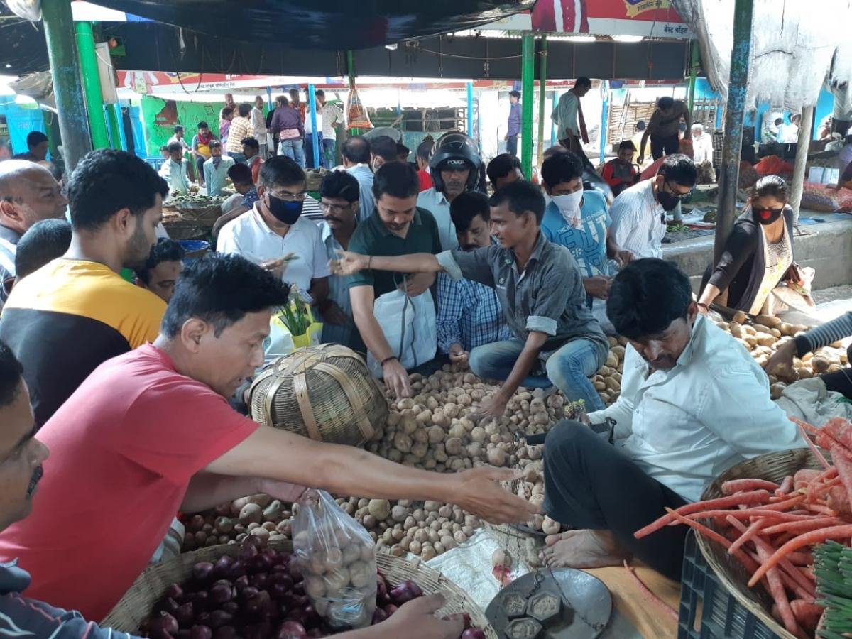 देवघर के सब्जी बाजार में खरीदारों की भीड़.