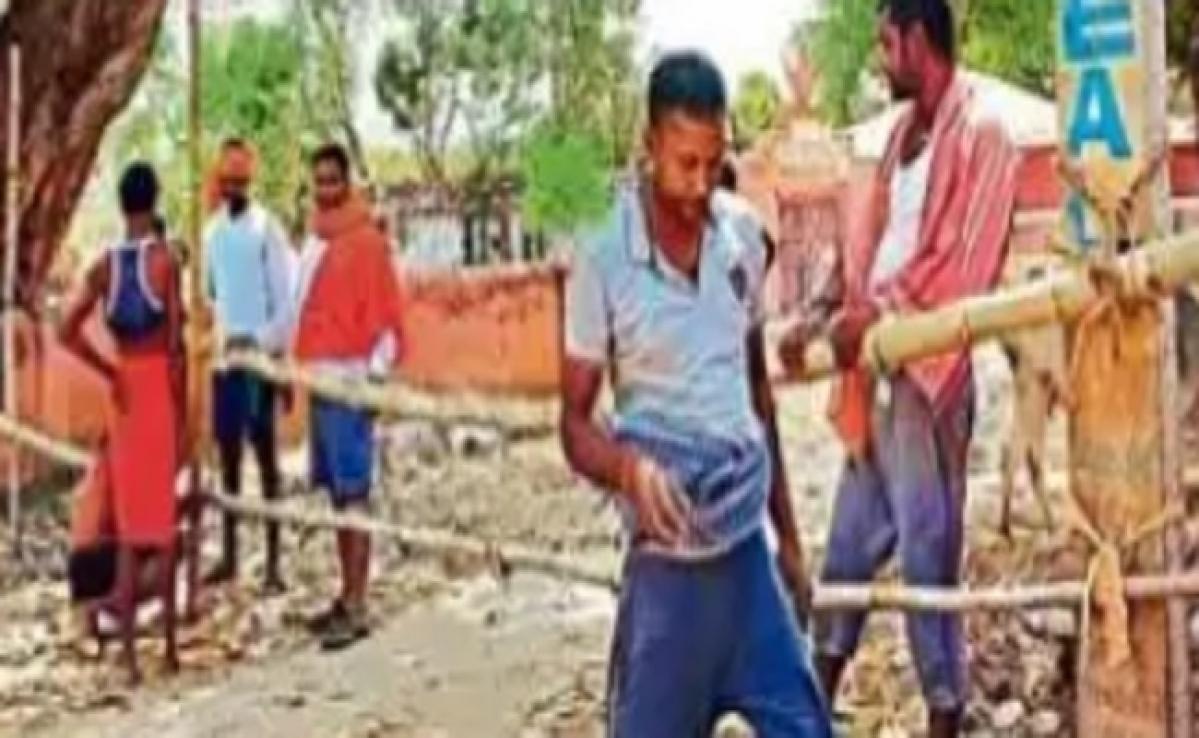 कोरोना का खौफ: बंगाल से पैदल चलकर पहुंचे 20 युवक, गांव में प्रवेश करने पर लगायी रोक