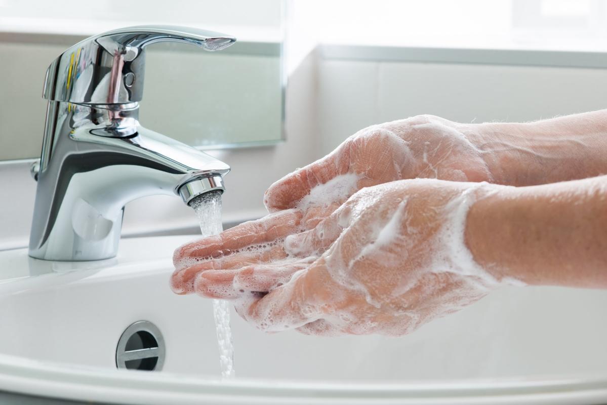 अगर आप भी कोरोना वायरस से बचना चाहते हैं तो अपने हाथ को कोई भी काम करने के बाद साबुन से अच्छी तरह धो लें.