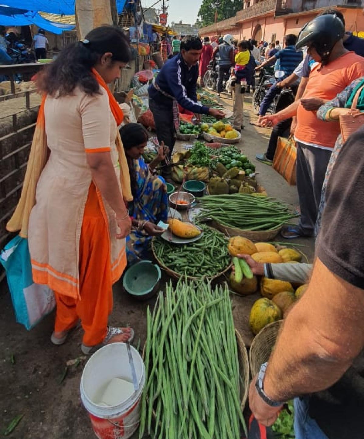 नागा बाबा खटाल में सब्जी लेने के लिए उमड़ी भीड़.