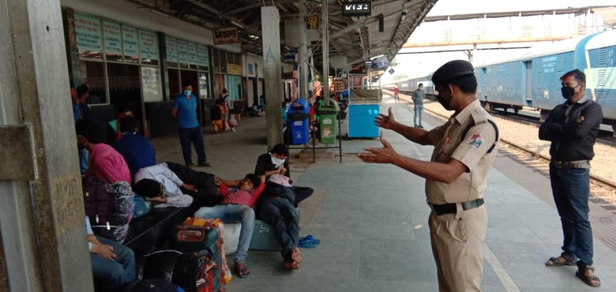 खगड़िया रेलवे स्टेशन पर यात्रियों को सुरक्षा की जानकारी देते आरपीएफ जवान