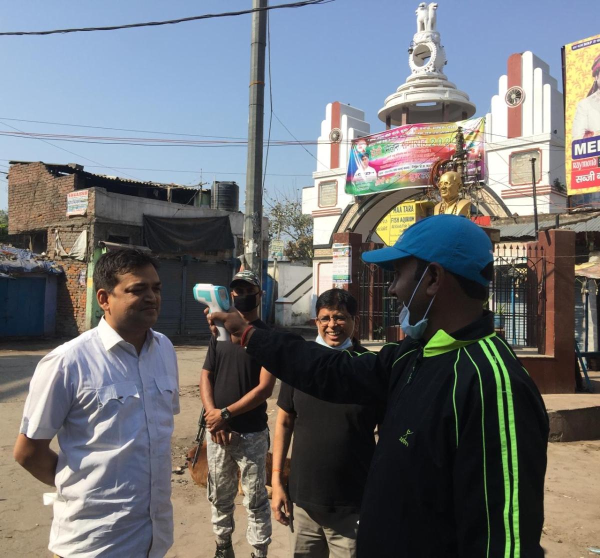 नवादा के प्रजातंत्र चौक पर लोगों की जांच करते स्वास्थ्य कर्मी