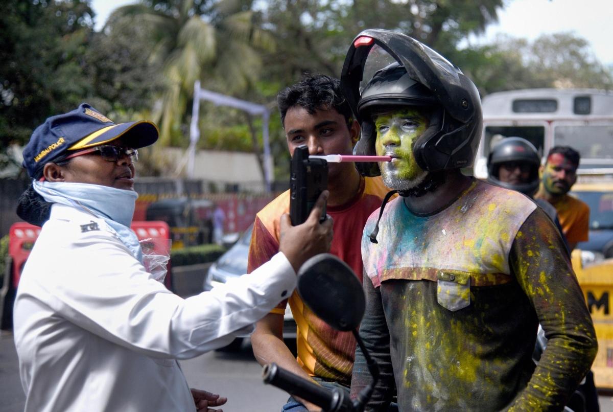 होली के पर्व पर मुंबई पुलिस ने दुर्घटना रोकने के लिए यात्रियों की ब्रेथ एनालाइजर टेस्ट किया.