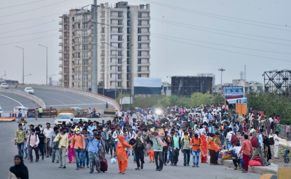 lockdown India : बीमारी पर भारी भूख, दिल्ली में भोजन के लिए हजारों कतारबद्ध